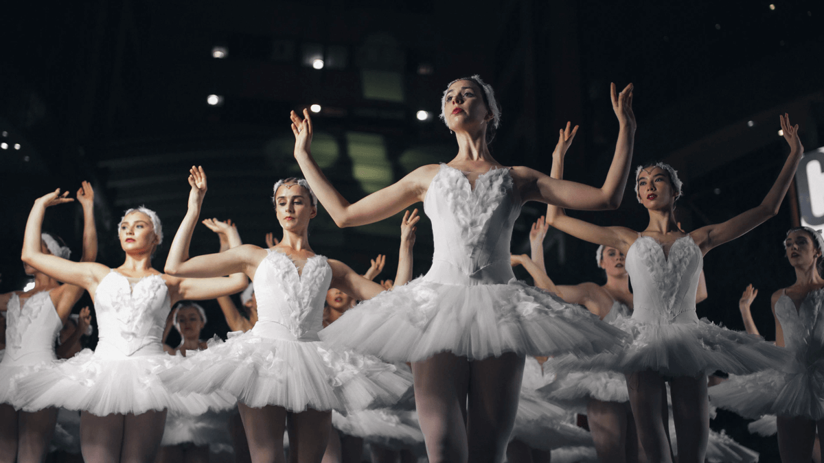 Ballet dancers in formation, representing free time in Swedish