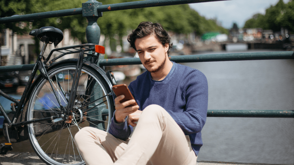 A man in Amsterdam using the internet in Dutch