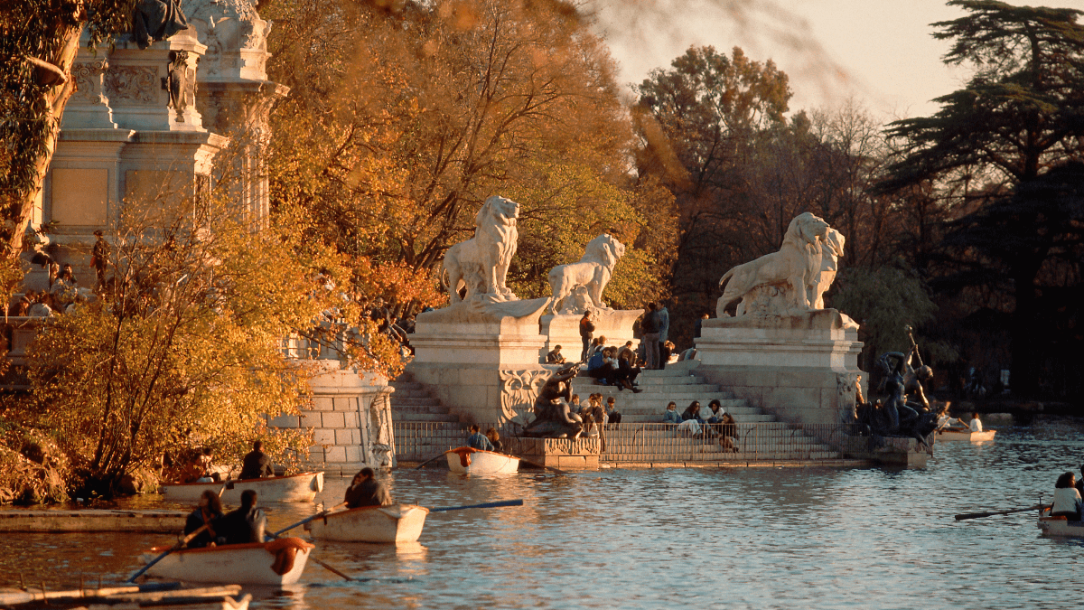 A fall day in a Madrid park featuring people using Spanish phrases from Spain