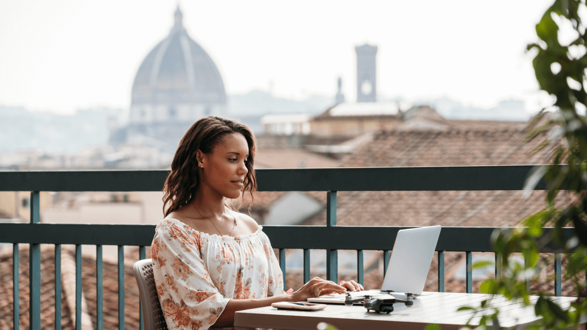 A woman on her laptop in Florence taking the common Italian mistakes quiz